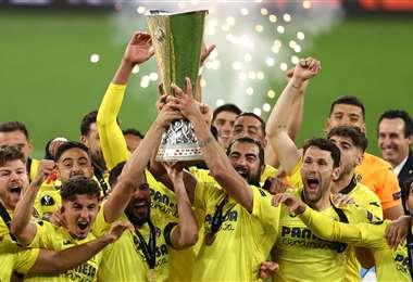 La celebración del plantel de Villarreal con el trofeo de campeón. Foto: AFP