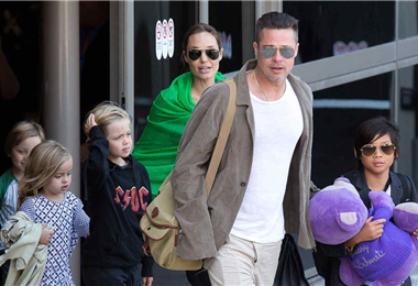 Brad Pitt y Angelina Jolie junto  a sus hijos, mientras eran pareja