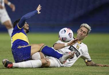 Tévez (Boca) y Mateos (Tigre) en el duelo por la pelota. Foto: AFP