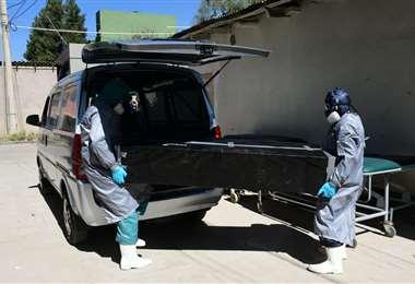 Los cadáveres deben ser tratados con cuidados por las autoridades policiales y de salud.