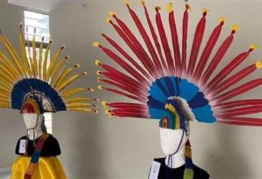Piezas ganadoras del concurso de tocados de macheteros con plumas alternativas