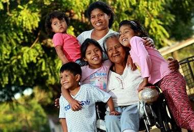 Gloria Flores con su nuera, Pamela Rocha, y sus cuatro nietos. Foto: Jorge Gutiérrez