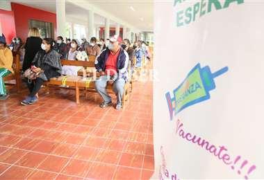 Prosigue la campaña de vacunación masiva. Foto: Jorge Ibáñez
