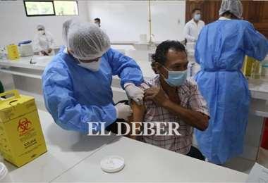 Actualmente, se vacuna a los mayores de 40 años. Foto: Juan Carlos Torrejón