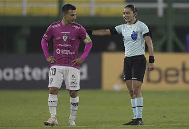 Edina Alves dirigió este jueves por Copa Libertadores, un hecho inédito. Foto: AFP