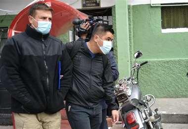 Uno de los aprehendidos es conducido a celdas judiciales (Foto: APG Noticias)