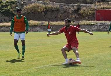 Junior Sánchez domina el balón durante la práctica de la selección en Huarina. Foto: FBF