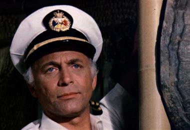 "Gavin MacLeod en una escena de ""El crucero del amor"""