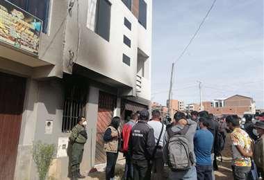 La policía e investigadores en la casa de  Damián Condori
