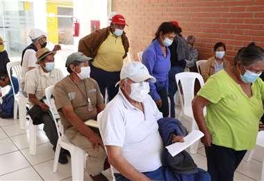 Adultos mayores aguardan su vacunación en el centro Elvira Wunderlich. Foto: JC Torrejón