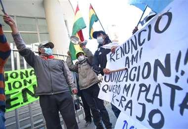 Un grupo de aportantes llegó a protestar al Ministerio de Economía /Foto: APG Noticias