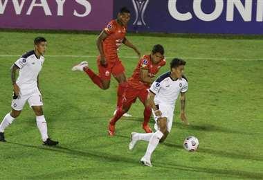 Guabirá perdió en su debut ante Independiente de Argentina. Foto: Fuad Landívar