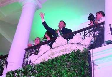 Jhonny Fernández saluda desde el balcón municipal. Foto. J Ibáñez
