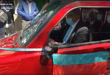 La autoridad manejando el automóvil eléctrico I captura.