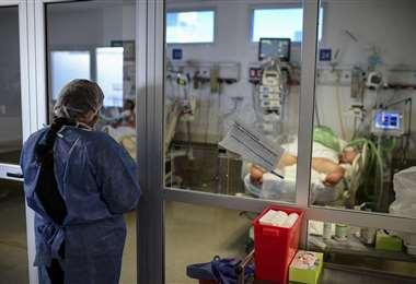 Paciente con covid en la sala UTI de un hospital. Foto AFP