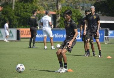 Ramiro Vaca con la pelota. El Tigre entrenó este lunes en San Pablo. Foto: The Strongest