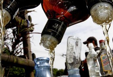 Cerca del 40% el acohol en la India se destila ilegalmente