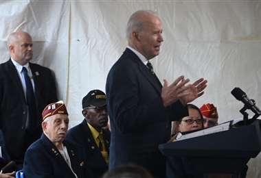 Biden habla en el cementerio en un servicio anual del Día de los Caídos
