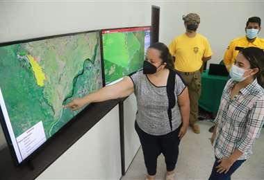 Funcionarios de la Gobernación cruceña señalan el lugar del incendio en el Parque Otuquis