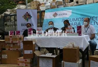 La viceministra de Seguros de Salud, Alejandra Hidalgo estuvo en la entrega de medicinas