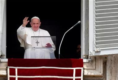 El papa Francisco saluda desde la ventana del Palacio Apostólico, en la plaza de San Pedro