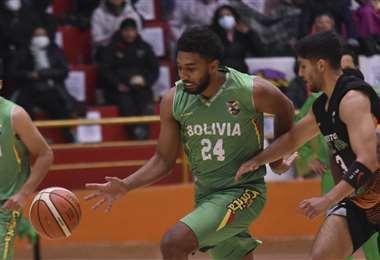 'Josh' Reaves (24) durante el partido de la selección de básquet. Foto: APG Noticias