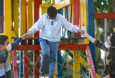 Los niños podrán estar en los parques hasta las 18:00. Foto. EL DEBER