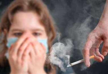 El fumador pasivo, que recibe el humo de otros, también es dañado