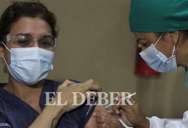 En Santa Cruz existen 33 puestos de vacunación en la capital cruceña. Foto. EL DEBER