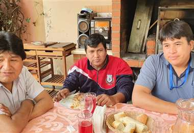 Alex Orellana (centro) se reunió con Evo Morales