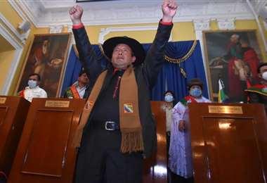 Con los dos brazos en alto, así juró a su cargo Santos Quispe (Foto: APG Noticias)