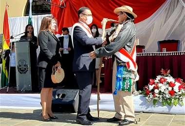 Óscar Montes recibe el bastón de mando por parte del presidente de la ALD, Nicolás Montero