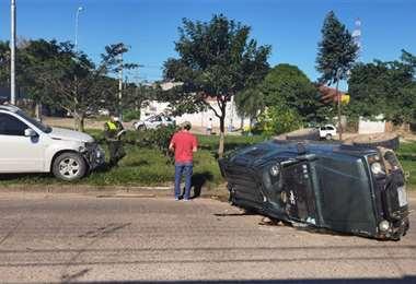Un vehículo volcó ayer