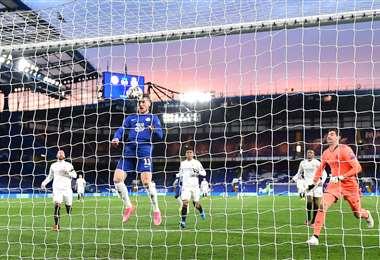 El gol de cabeza de Werner que le está dando el triunfo al Chelsea. Foto: AFP