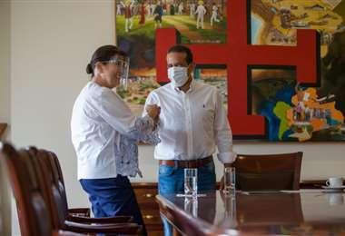 María del Carmen Ribera junto al gobernador Luis Fernando Camacho