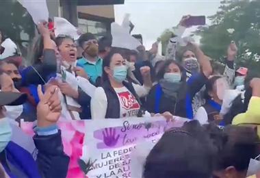 Protesta de mujeres fuera del Palacio de Justicia