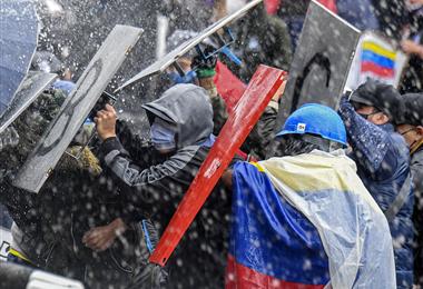Manifestantes chocan con la policía antidisturbios durante una protesta. Foto. AFP