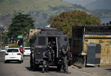 La Policía realiza operativos en la favela. foto AFP