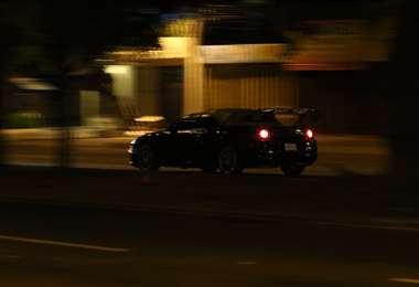 Autos y motos aprovechan la noche para competir. Foto: Harold Vaca
