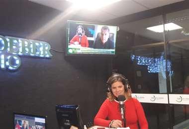 Linda González en la entrevita que le hizo a Carlos Cuauhtémoc por EL DEBER Radio