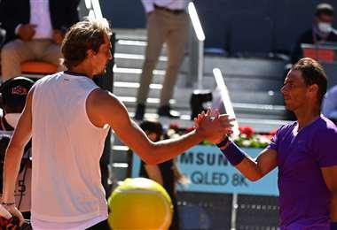 Zverev (izq.) y Nadal se saludaron cordialmente al final del partido. Foto: AFP