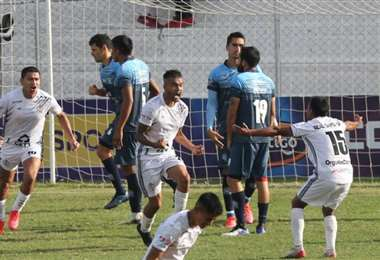 Ricardo Suárez (c.) grita su gol, que le dio el triunfo a Real SC. Foto: Ricardo Montero
