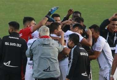 Jugadores y cuerpo técnico de Real se fundieron en los abrazos. Foto: Juan C. Torrejón