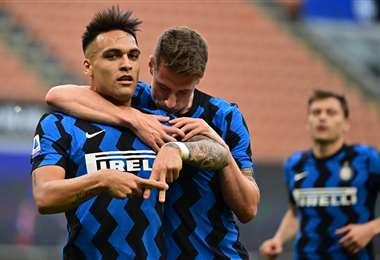 La celebración de Lautaro Martínez con un compañero del Inter. Foto: AFP