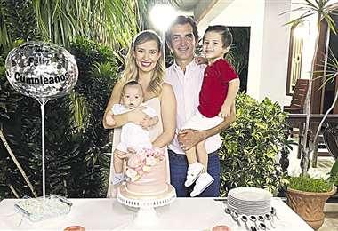 Linda familia. La cumpleañera con Mamén Saavedra y sus hijos