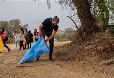 El francés, con un bolsa de yute. Se reunieron 700 llenas de basura