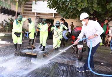 El alcalde Fernández participó en la limpieza del mercado Florida. Foto: GAMSC