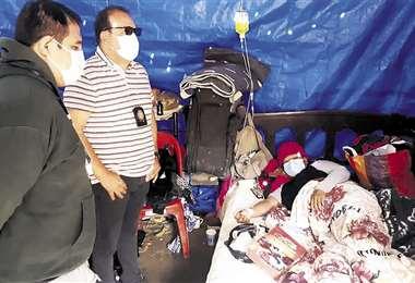 Policías y gente de buena voluntad acuden para ayudar a la esposa