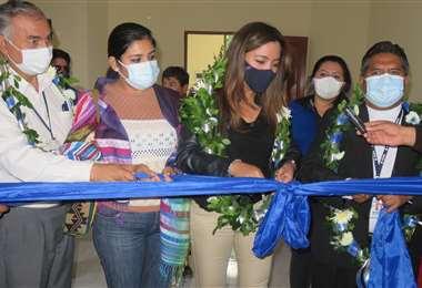 Viceministra en el acto de entrega de la sede a trabajadores de la prensa en Camiri