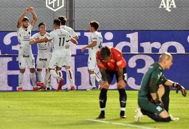 El festejo de los jugadores de Colón, que este lunes derrotaron a Independiente. Foto: AFP